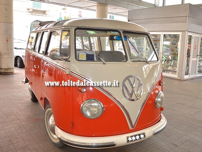 Pulmino bicolore volkswagen transporter t2 samba bus for Furgone anni 70 volkswagen
