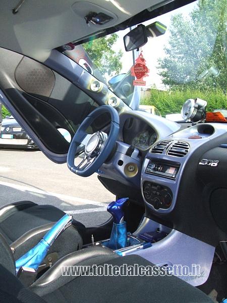 Tuning peugeot 206 vertical posto guida e interni nero blu for Guida interni